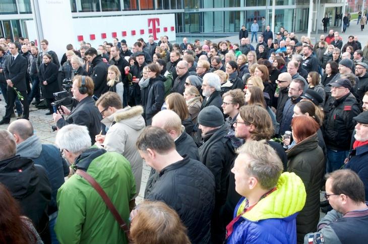 Rund 200 Menschen waren zusammen gekommen, um die 108 Jobs, Arbeitsplätze, Existenzen zu beerdigen.